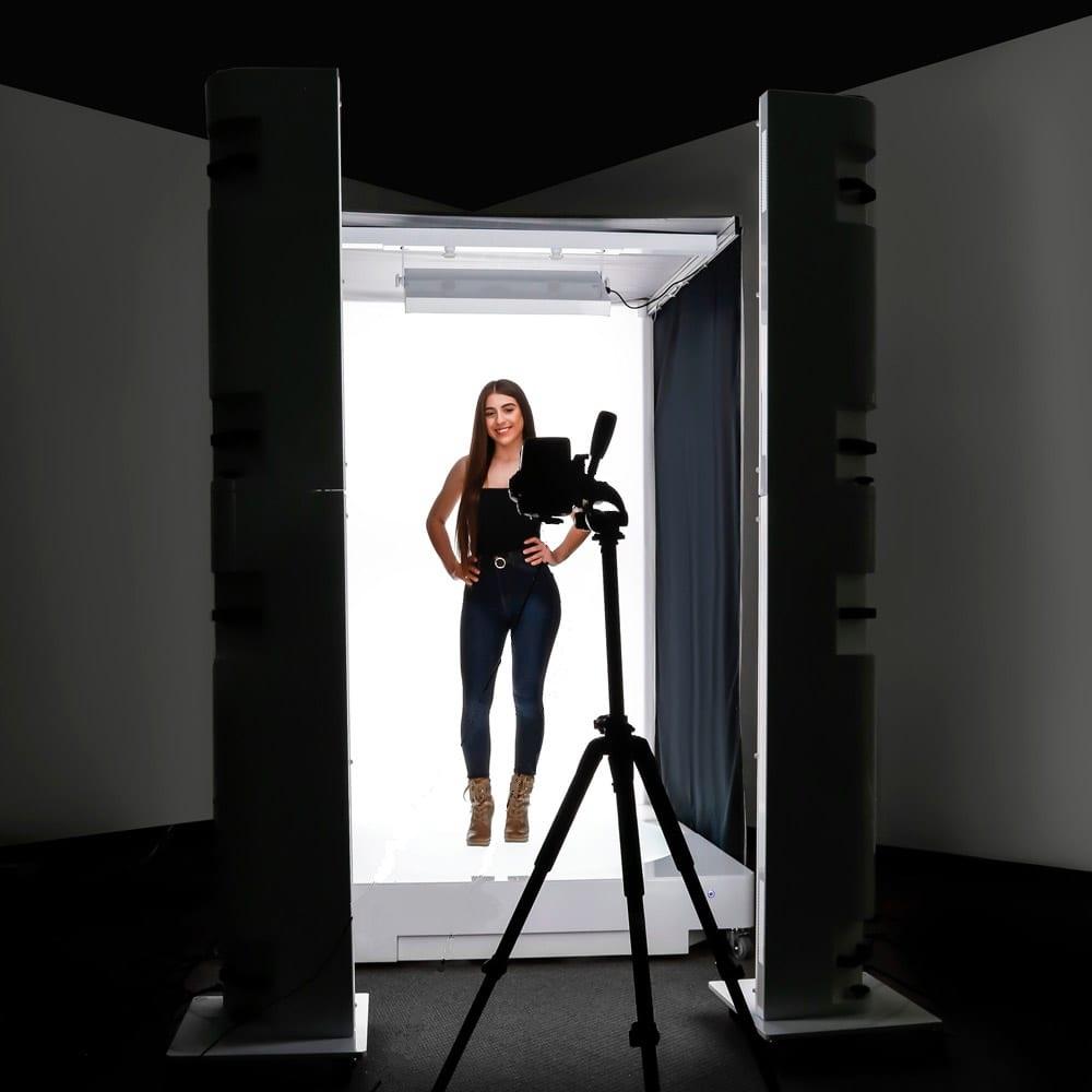 une femme dans un studio photo automatisé