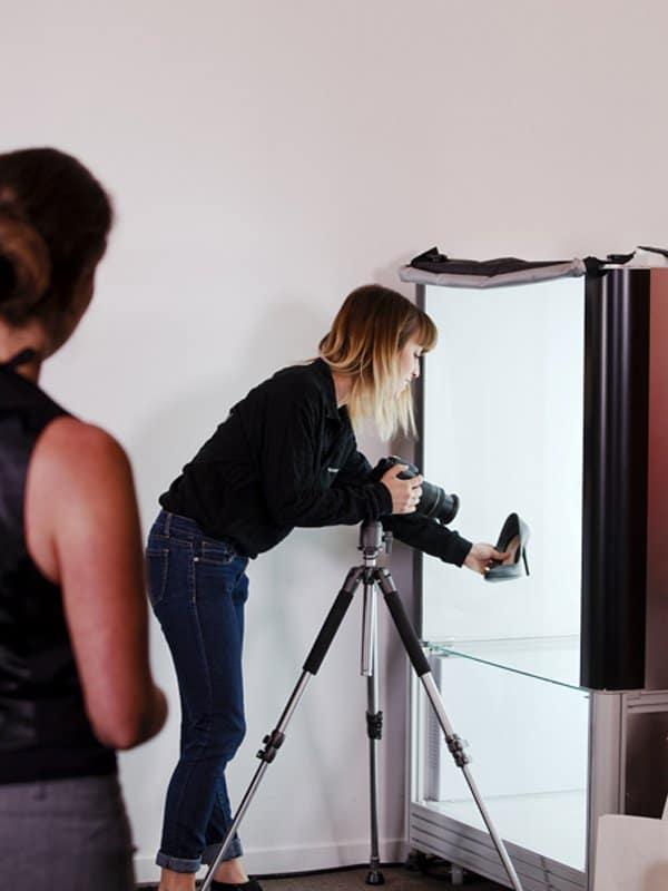 shooting d'une chaussure dans un studio photo automatisé