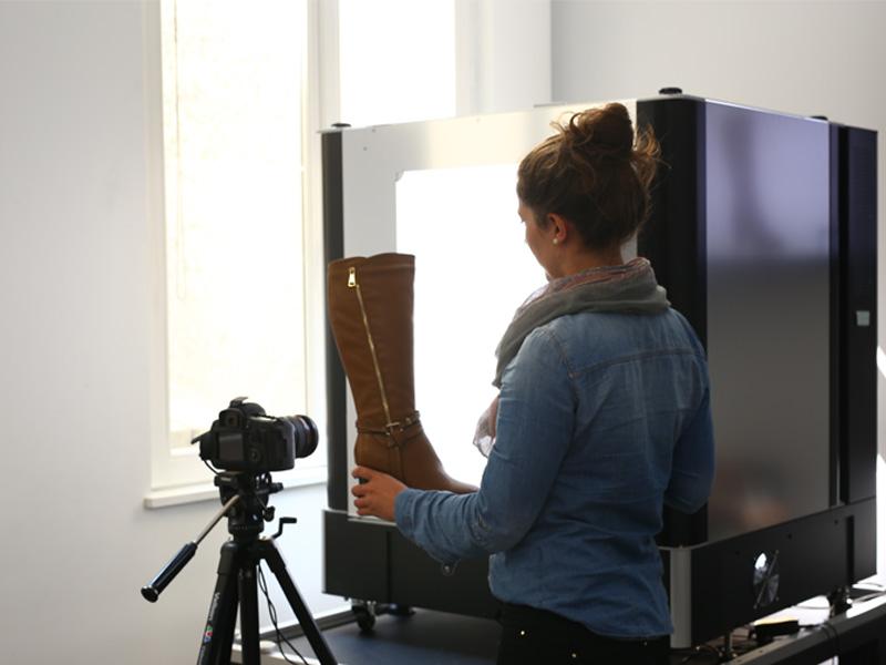 Photographier bottes hautes femmes en studio