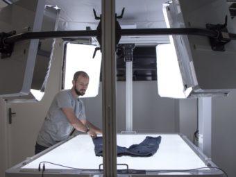 Comment photographier des vêtements à plat en studio
