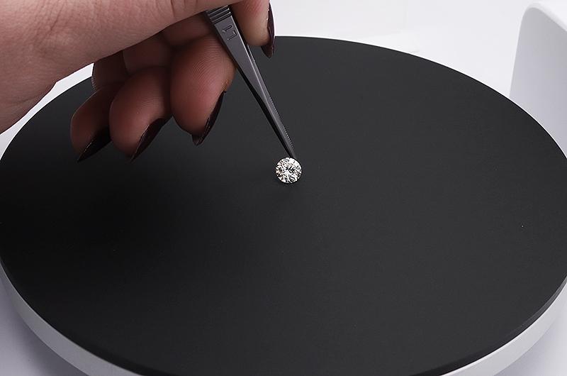 Placer un diamant dans le studio photo PackshotMacro DIS